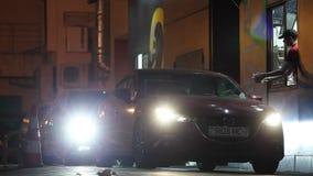 米斯克,白俄罗斯, 2017年4月17日:麦克唐纳` s驱动通过服务 有车灯的汽车在多雨黄昏买的食物和离开 影视素材