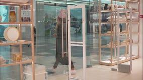 米斯克,白俄罗斯-双十国庆, 2017年 里面扎拉家庭零售店在米斯克 时尚玻璃的一位年轻行家女性 股票视频