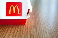 米斯克,白俄罗斯-威严12日2018年:有麦克唐纳` s商标的大Mac箱子在桌上在麦克唐纳` s餐馆 免版税库存图片