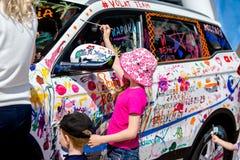 米斯克,白俄罗斯--03 06 2018年:儿童在汽车的油漆水彩在车展期间 免版税库存图片