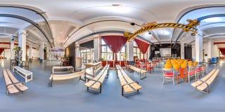 米斯克,白俄罗斯- 2018年:3D有360党顶楼内部的视角的球状全景与阶段和椅子的 为vi准备 库存照片
