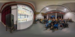 米斯克,白俄罗斯- 2018年:3D有360演讲的视角的球状全景在党顶楼内部的与许多人民 准备好 图库摄影