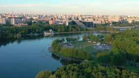 米斯克,白俄罗斯- 2019年6月:休闲公园空中寄生虫射击视图在市中心在好日子 影视素材