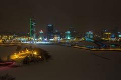 米斯克,白俄罗斯- 2018年12月:夜城市的光 冬天风景的轻的摩天大楼 免版税图库摄影