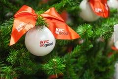 米斯克,白俄罗斯- 2017年11月20日:与商标垂悬从一棵装饰的圣诞树的肯德基的白色中看不中用的物品 免版税库存图片