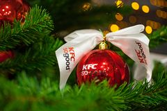 米斯克,白俄罗斯- 2017年11月20日:与商标垂悬从一棵装饰的圣诞树的肯德基的红色中看不中用的物品 免版税库存照片