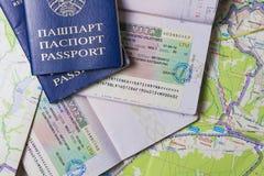 米斯克,白俄罗斯- 2018年4月14日:与申根签证的护照在地图 旅行欧洲概念 免版税图库摄影