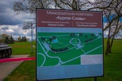 米斯克,白俄罗斯- 2018年5月01日:位于接近纪念复合体的一个公园区域的情报标志室外看法 库存照片