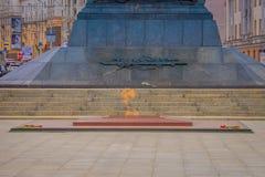 米斯克,白俄罗斯- 2018年5月01日:关闭在纪念碑的基本和永恒火焰以纪念苏联军队胜利  库存图片