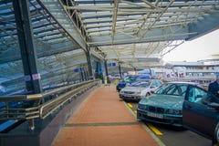 米斯克,白俄罗斯- 2018年5月01日:关闭汽车连续停放在结构下在米斯克机场大厦输入  免版税图库摄影