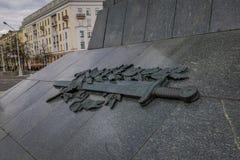 米斯克,白俄罗斯- 2018年5月01日:关闭雕刻腾飞在纪念碑的基地以纪念苏联军队胜利  免版税图库摄影