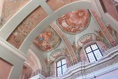 米斯克,白俄罗斯- 2013年8月01日:圣徒圣母玛丽亚天主教巴洛克式的大教堂的天花板内部在米斯克 免版税库存照片