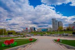 米斯克,白俄罗斯- 2018年5月01日:城市大厦风景的美好的室外看法在horizont的,照片拍从 库存照片