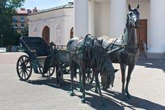 米斯克,白俄罗斯- 2013年8月01日:城市铜雕塑`州长`的支架 图库摄影