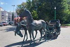米斯克,白俄罗斯- 2013年8月01日:城市铜雕塑`州长`的支架 免版税库存图片