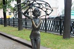 米斯克,白俄罗斯- 2013年8月01日:城市铜雕塑`有一伞`的女孩由雕刻家弗拉基米尔Zhbanov 库存图片