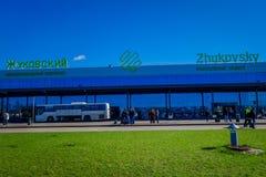 米斯克,白俄罗斯- 2018年5月01日:室外观点的未认出的人在Zhukovsky国际机场,航空大厦 库存照片