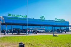 米斯克,白俄罗斯- 2018年5月01日:室外观点的未认出的人在Zhukovsky国际机场,航空大厦 免版税图库摄影