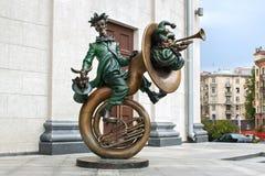 米斯克,白俄罗斯- 2012年8月04日:小丑城市铜雕塑有乐器的在白俄罗斯语状态马戏附近 免版税图库摄影