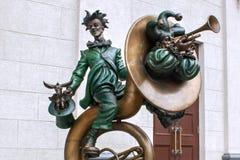 米斯克,白俄罗斯- 2012年8月04日:小丑城市铜雕塑有乐器的在白俄罗斯语状态马戏附近 库存图片