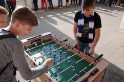 米斯克,白俄罗斯- 2018年5月23日:小的爱好者在白俄罗斯语英格兰足球超级联赛足球比赛前踢桌足球 免版税图库摄影