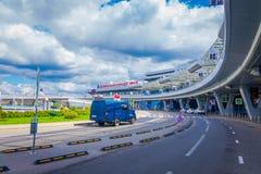 米斯克,白俄罗斯- 2018年5月01日:汽车室外看法停放了在米斯克机场大厦输入在一多云天与 免版税库存图片