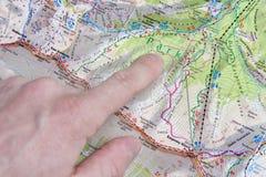 米斯克,白俄罗斯- 2018年4月14日:游人密谋轨道的路线在地图特写镜头的 远足计划 图库摄影