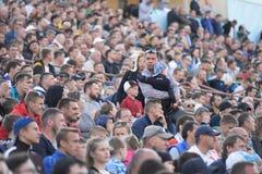 米斯克,白俄罗斯- 2018年5月23日:父母和孩子在白俄罗斯语英格兰足球超级联赛橄榄球前寻找一个地方 免版税库存图片