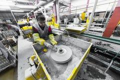 米斯克,白俄罗斯- 2018年2月01日:玻璃工人与在工厂背景玻璃的产业设备一起使用 免版税库存照片