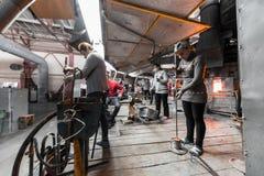 米斯克,白俄罗斯- 2018年2月01日:玻璃工人与在工厂背景的产业设备一起使用 库存图片