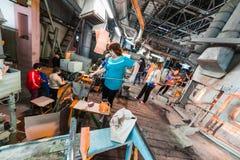米斯克,白俄罗斯- 2018年2月01日:玻璃背景的生产的玻璃工厂劳工与制造一起使用 图库摄影