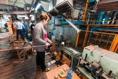 米斯克,白俄罗斯- 2018年2月01日:玻璃背景的生产的玻璃工厂劳工与制造一起使用 库存照片