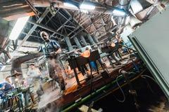米斯克,白俄罗斯- 2018年2月01日:玻璃背景的生产的玻璃工厂劳工与制造一起使用 库存图片