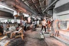 米斯克,白俄罗斯- 2018年2月01日:玻璃背景的生产的玻璃工厂劳工与制造一起使用 免版税库存图片