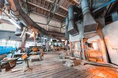 米斯克,白俄罗斯- 2018年2月01日:玻璃背景的生产的玻璃工厂劳工用制造设备 库存照片