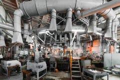 米斯克,白俄罗斯- 2018年2月01日:玻璃背景的生产的玻璃工厂劳工用制造设备 库存图片