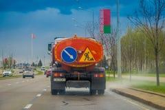 米斯克,白俄罗斯- 2018年5月01日:用于修理在街道的路和固定孔的卡车室外看法在中央 免版税库存图片