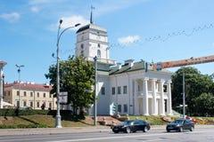 米斯克,白俄罗斯- 2013年8月01日:米斯克香港大会堂的大厦自由正方形的 库存照片