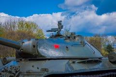 米斯克,白俄罗斯- 2018年5月01日:苏联重的坦克是2巨大爱国战争,纪念复合体的展览 库存照片