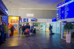 米斯克,白俄罗斯- 2018年5月01日:走与他们的行李和观看离开屏幕的未认出的人民,被找出 免版税图库摄影