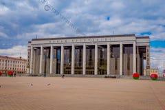 米斯克,白俄罗斯- 2018年5月01日:走在共和国的宫殿的室外观点的游人是文化的白俄罗斯语 库存照片