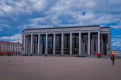 米斯克,白俄罗斯- 2018年5月01日:走在共和国的宫殿的室外观点的游人是文化的白俄罗斯语 免版税库存照片