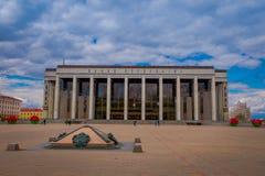 米斯克,白俄罗斯- 2018年5月01日:走在共和国的宫殿的室外观点的游人是文化的白俄罗斯语 免版税图库摄影