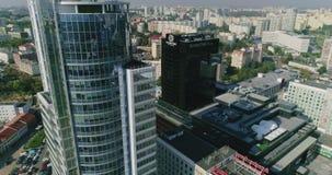 米斯克,白俄罗斯- 2018年8月27日:都市风景摩天大楼,早晨公路交通 影视素材
