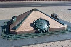 米斯克,白俄罗斯- 2013年8月01日:零的公里的标志在米斯克10月广场  免版税图库摄影
