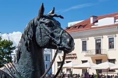 米斯克,白俄罗斯- 2013年8月01日:马头从城市铜雕塑`的州长`的支架 库存照片