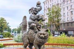 米斯克,白俄罗斯- 2012年8月04日:`金字塔的城市铜雕塑从马戏团动物`的在白俄罗斯语状态马戏附近 库存图片