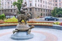 米斯克,白俄罗斯- 2012年8月04日:`金字塔的城市铜雕塑从马戏团动物`的在白俄罗斯语状态马戏附近 免版税图库摄影