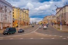 米斯克,白俄罗斯- 2018年5月01日:somse汽车和traffict室外看法在独立大道中央街道  库存图片