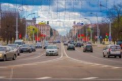 米斯克,白俄罗斯- 2018年5月01日:somse汽车和traffict室外看法在独立大道中央街道  免版税库存图片